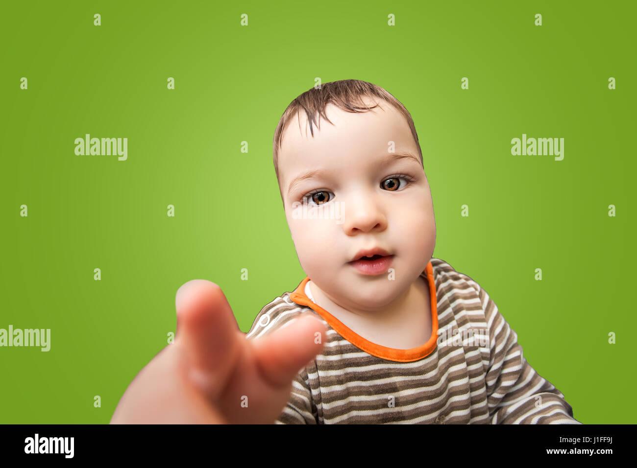 Close-up retrato de poco lindo bebé con mejillas grandes y hermosos ojos  mira a c127ced9839