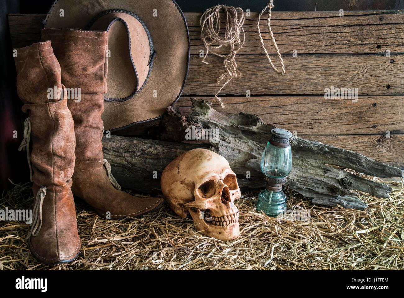 Bodegón con cráneo humano en heno con botas de cuero y tradicional rodeo  del oeste americano ccfff4f6476