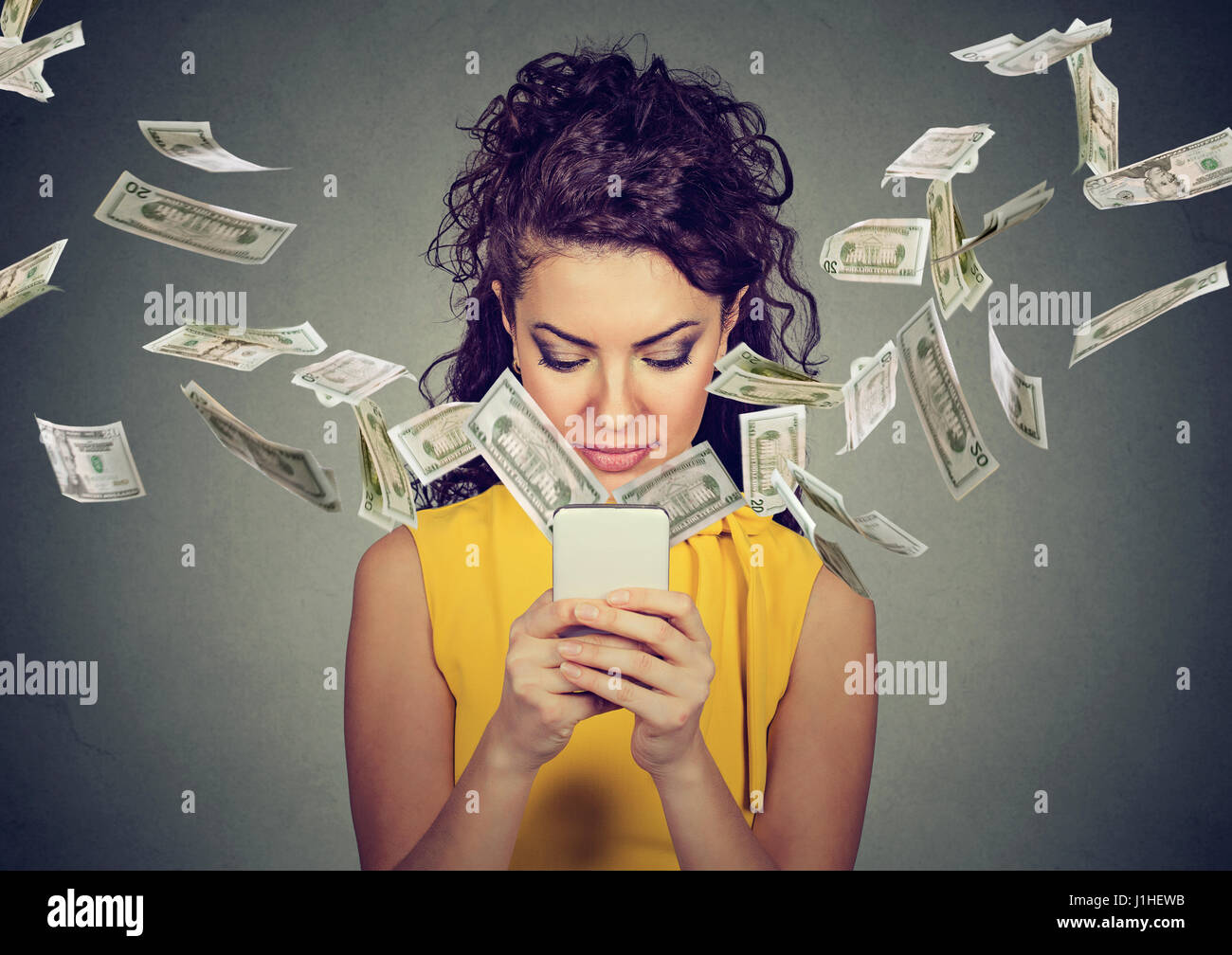 La banca en línea de transferencia de dinero, concepto de e-commerce. Feliz joven mediante smartphone con billetes Imagen De Stock