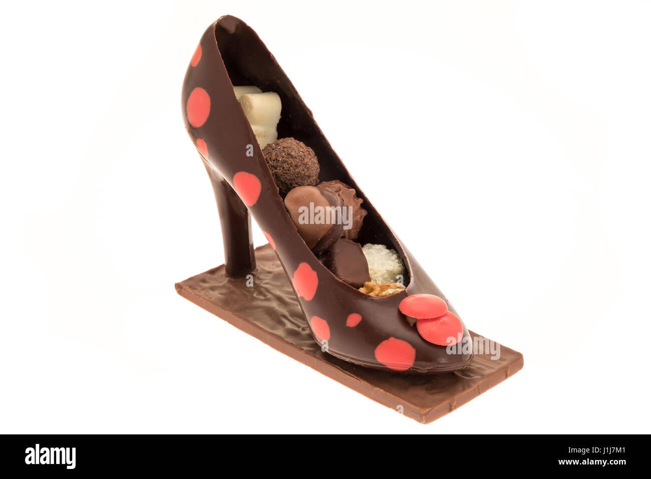 Señoras chocolate zapatos stiletto lleno de chocolates de lujo - fondo  blanco Imagen De Stock b007fad3f408