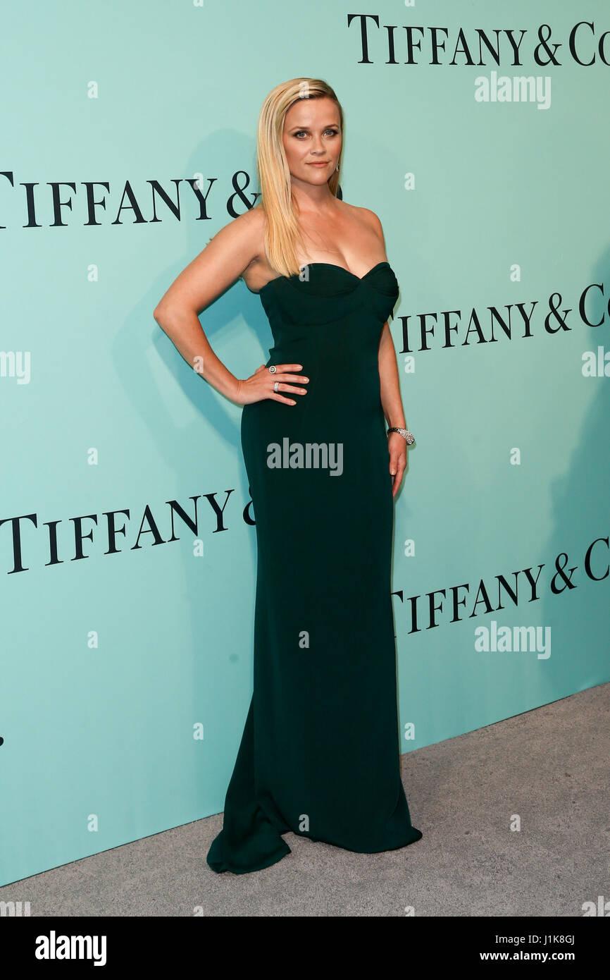 Reese Witherspoon atiende el Tiffany & Co., 2017 Libro Azul de Gala en Saint Ann's Warehouse el 21 de abril Imagen De Stock
