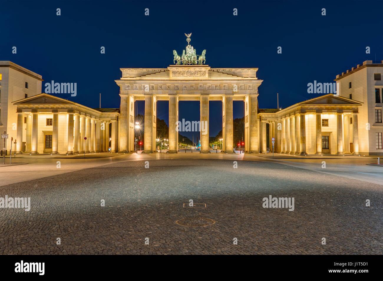 La famosa Puerta de Brandenburgo en Berlín iluminado en la oscuridad Imagen De Stock