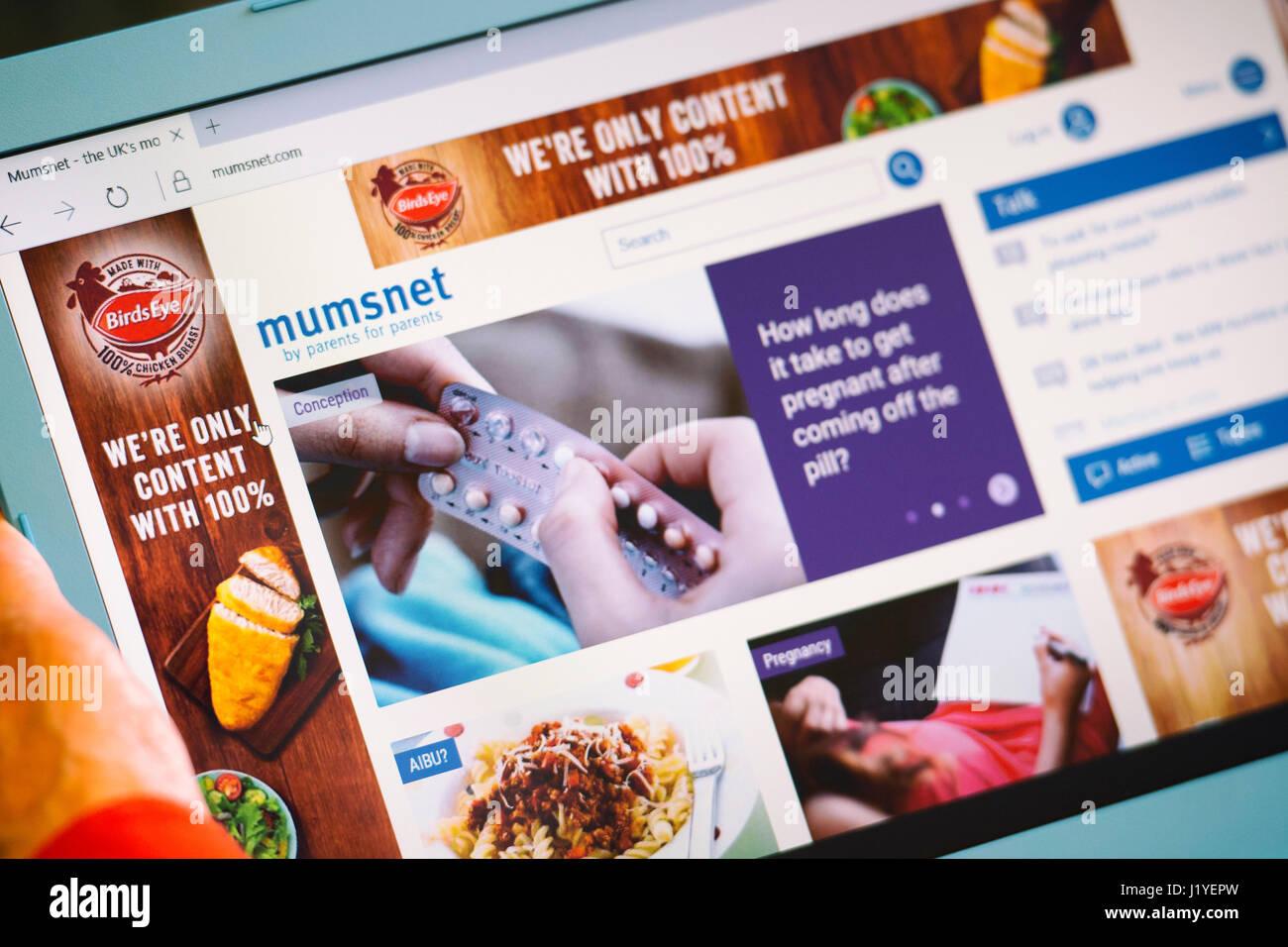 Mumsnet website, página Web de la pantalla de Tablet Imagen De Stock
