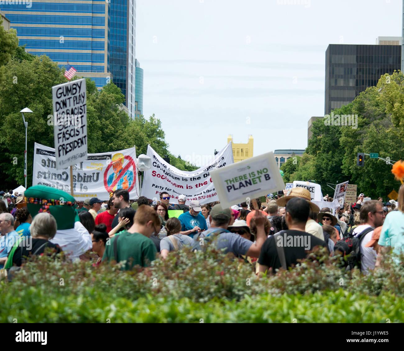 Sacramento, California, Estados Unidos. 22 abr, 2017. La gente de Sacramento, llevando carteles y coreando consignas Imagen De Stock