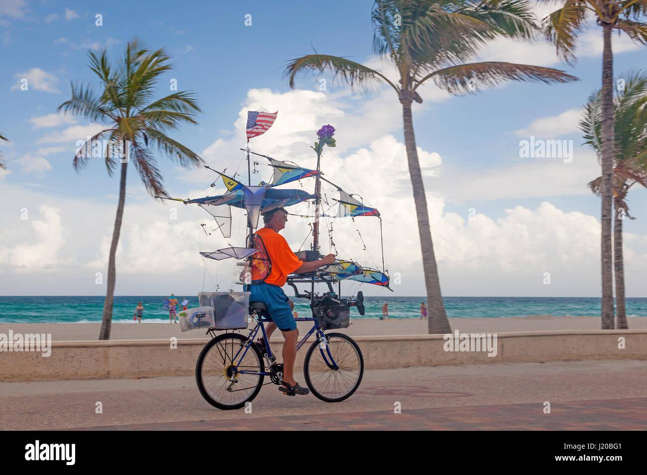 El Hollywood Beach, FL, EEUU - Marzo 23, 2017: el ciclista que aparece en el Hollywood Beach Amplio paseo. Florida, Estados Unidos Foto de stock
