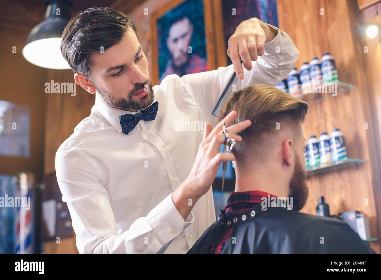 Joven Barber Shop Concepto de servicio para el cuidado del cabello Imagen De Stock