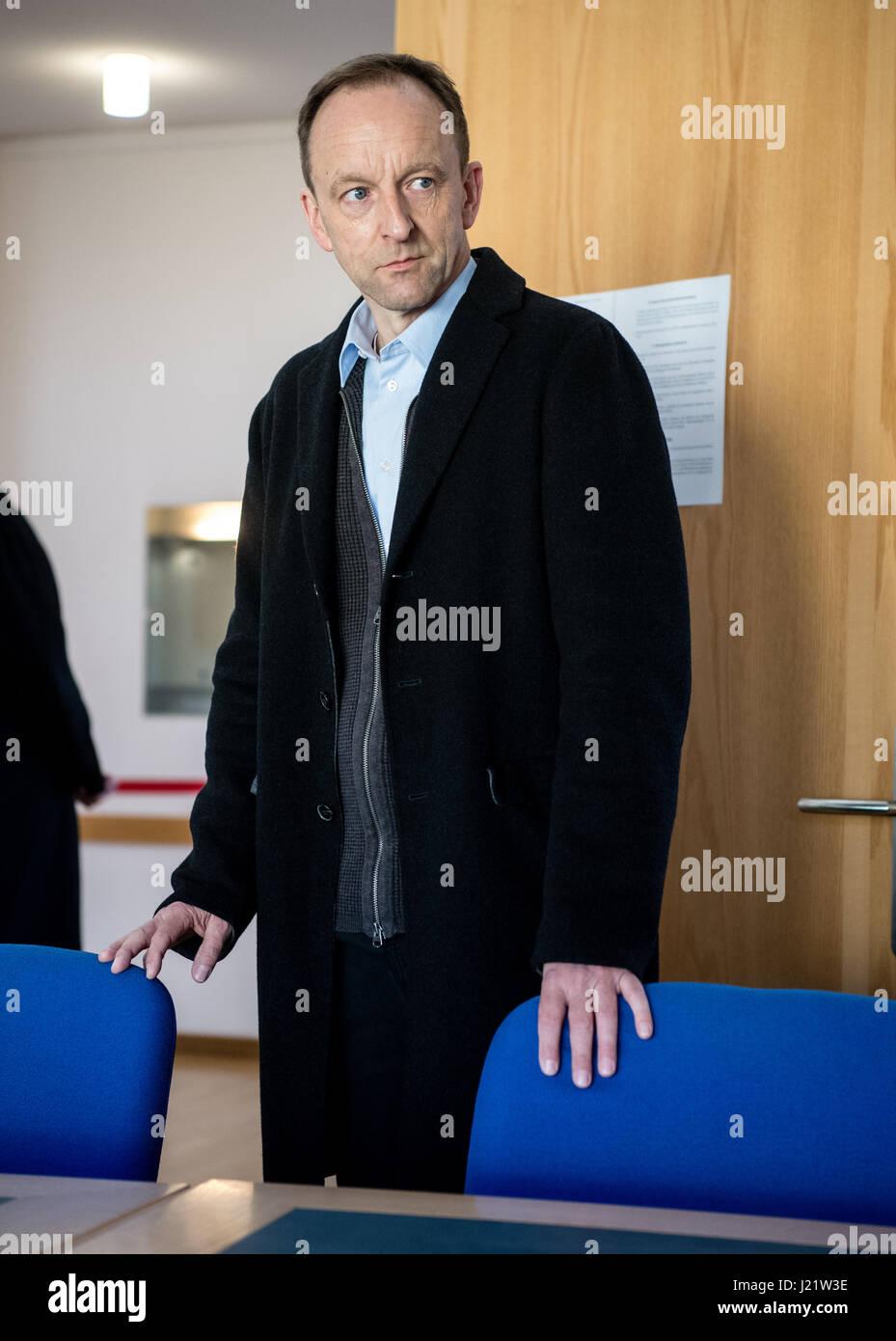 Wolfratshausen, Alemania. 24 abr, 2017. Dietmar Schach, ex director gerente del cerrado Sieber salchicha llega de Foto de stock