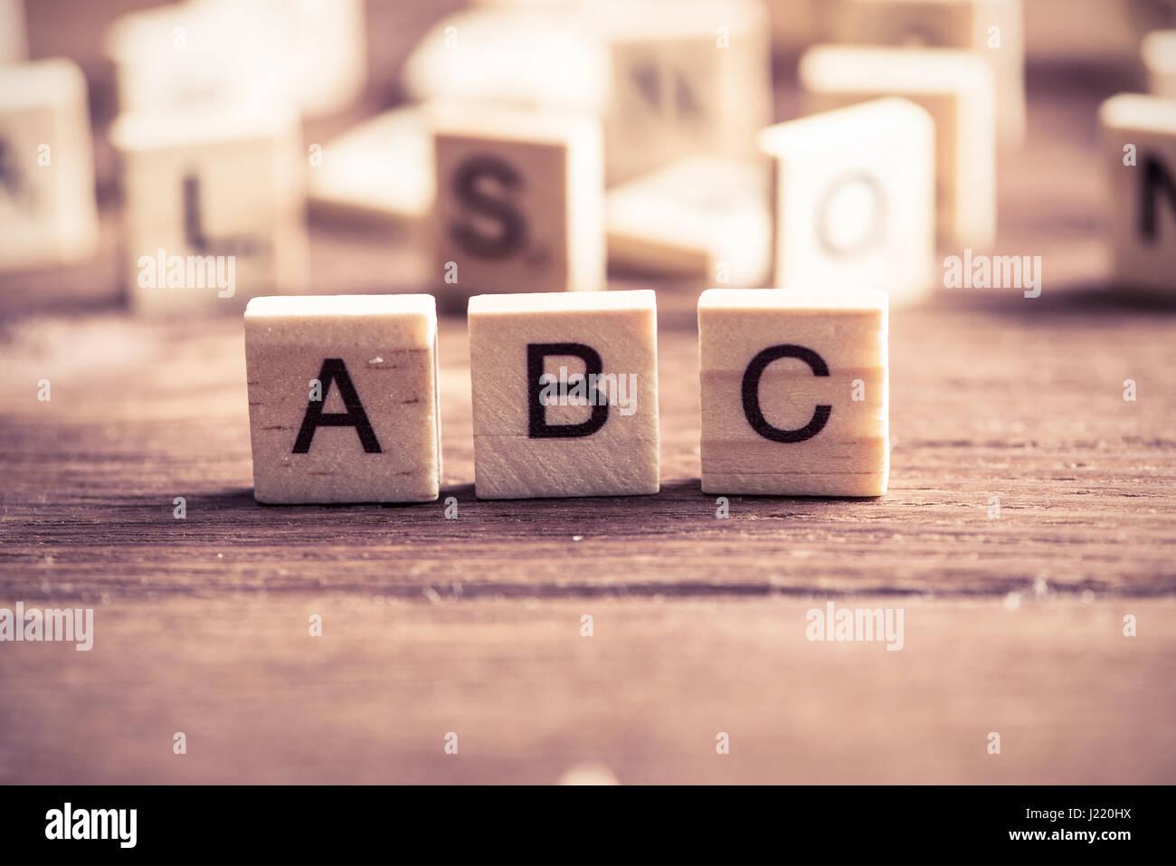 Elementos de madera con las letras recogidas en la palabra abc Imagen De Stock