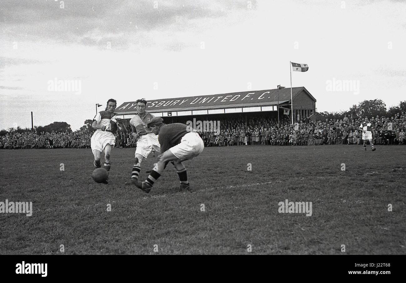 1950, Inglaterra, un partido de fútbol en Aylesbury Naciones F.C, un club aficionado formado en 1897. Foto de stock