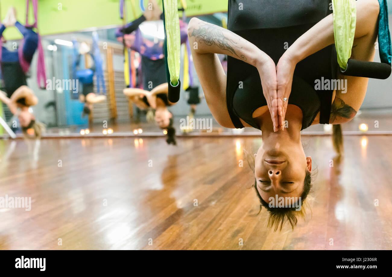 Grupo de mujeres con una clase de yoga aérea Imagen De Stock