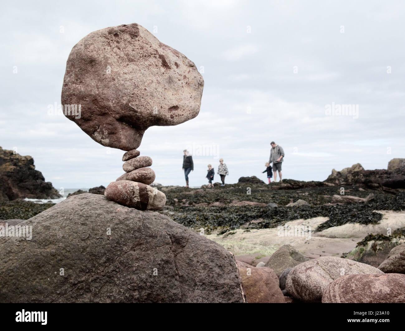 Piedras equilibrado desde el apilamiento de piedra Europeo campeonatos celebrados el 22 de abril de 2017 en una Imagen De Stock