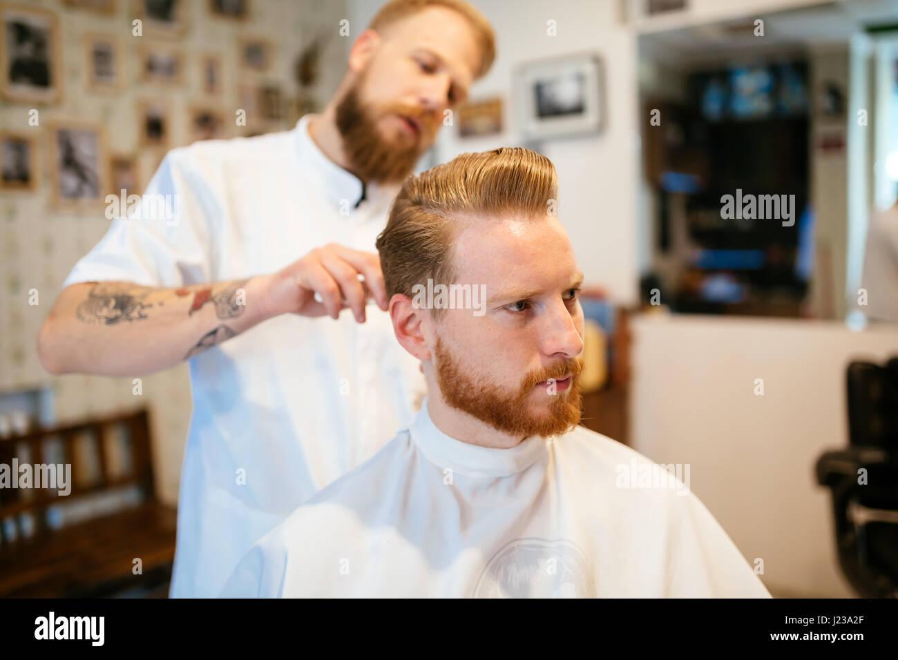 Recibir tratamiento barba cabello masculino en Barber shop Imagen De Stock