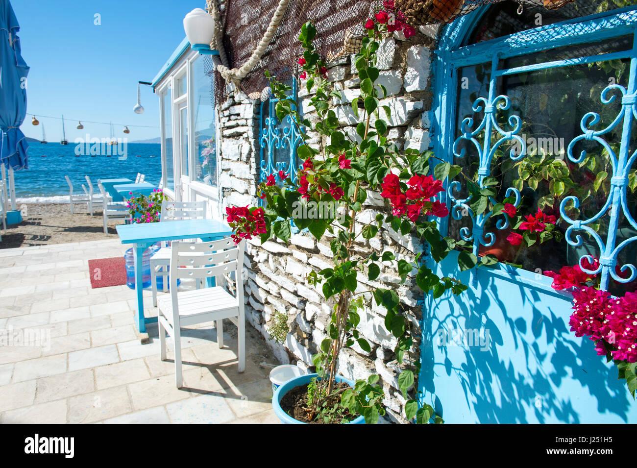 Mañana brillante ver con los clásicos colores mediterráneos y flores en Bodrum, Turquía Imagen De Stock