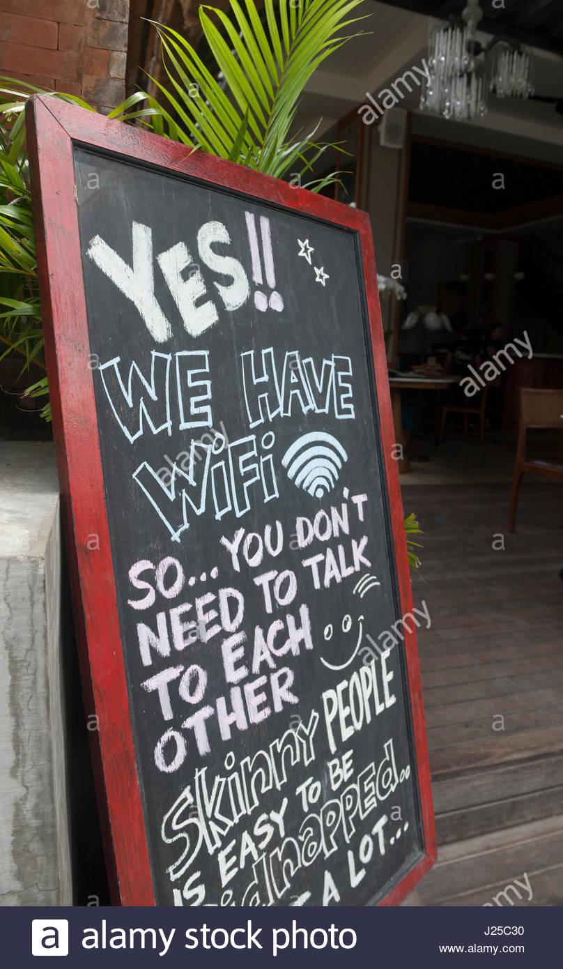 Ubud, Indonesia un restaurante anuncia que tienen wifi gratis, por lo que los visitantes no tiene que hablar el Imagen De Stock