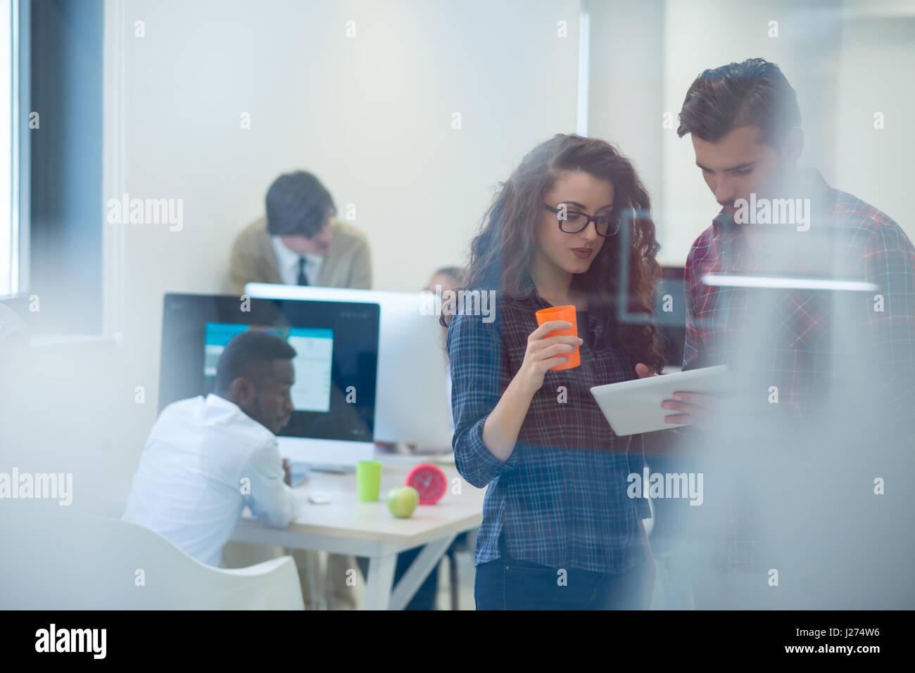 Inicio jóvenes empresarios, pareja trabaja en Tablet PC Imagen De Stock