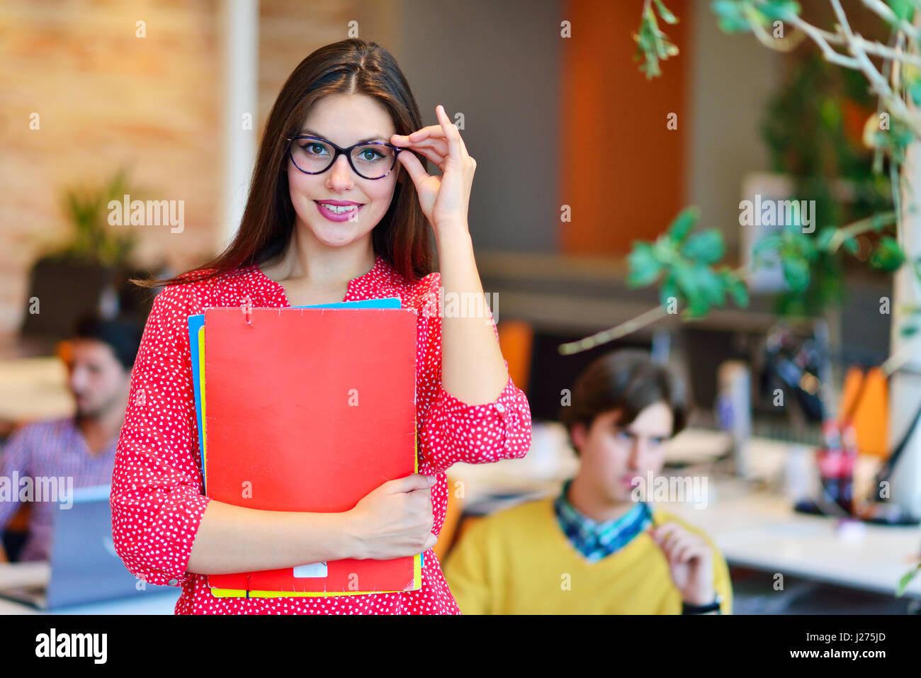 Exitosa mujer de negocios moderno en la oficina Imagen De Stock