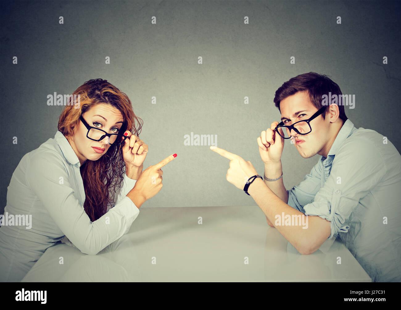 El hombre y la mujer, la pareja se acusaban mutuamente, culparse mutuamente por el problema Imagen De Stock