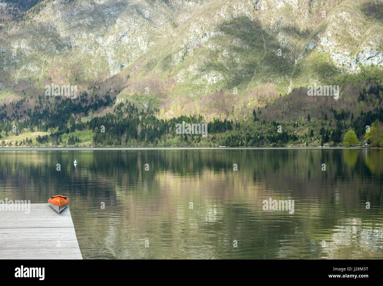 Lago de montaña Kayak naranja agua cristalina Foto de stock