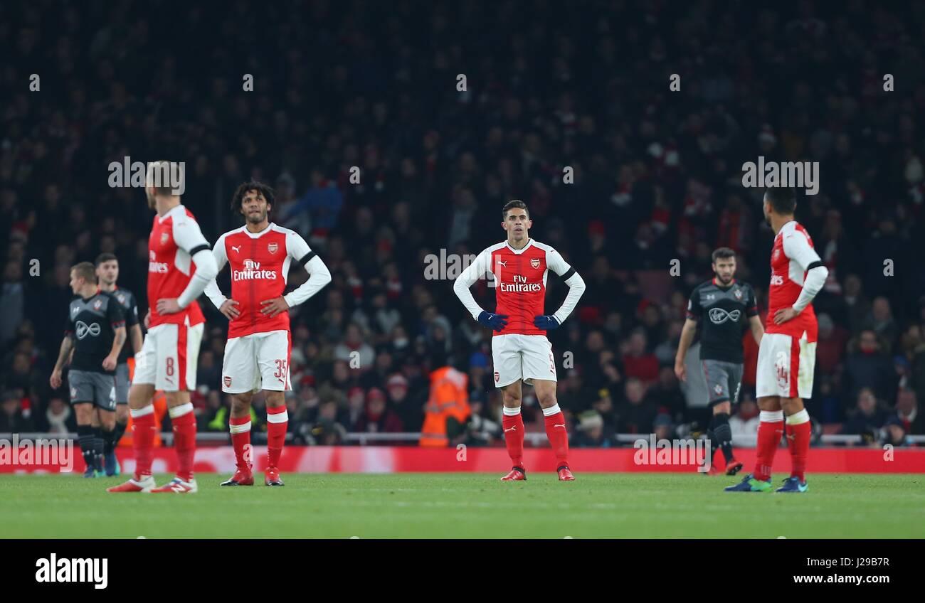 Los jugadores del Arsenal mirar abatidos tras el segundo objetivo de Southampton durante el EFL Cup quarter-final Imagen De Stock