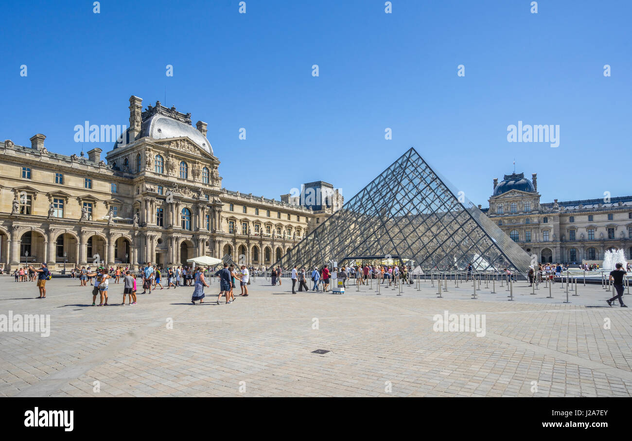 Francia, Paris, Louvre Palacio, vista del patio de Napoleón con la Pirámide del Louvre Imagen De Stock