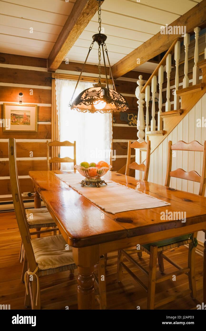 Mesa de comedor de madera antigua y sillas de respaldo alto en el ...