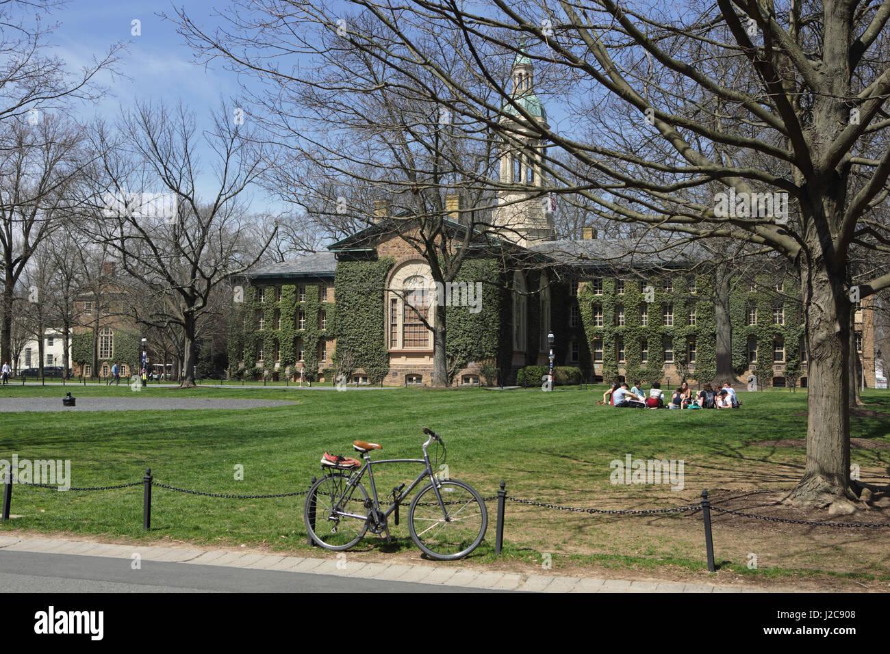 Princeton, NJ, EE.UU. - 11 de abril de 2017: el campus de la Universidad de Princeton en primavera. Nassau Hall Imagen De Stock