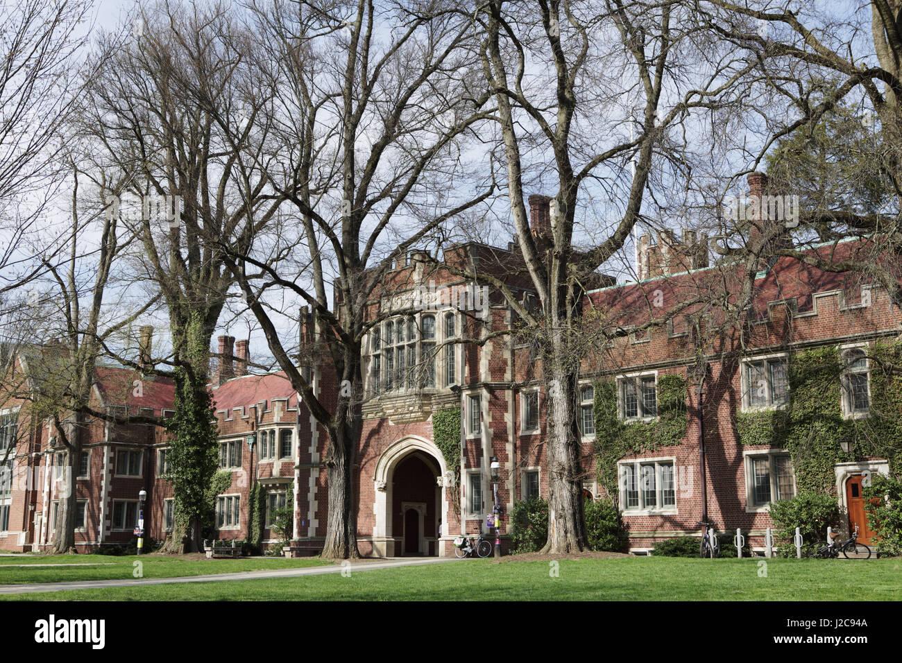 Princeton, NJ, EE.UU. - 11 de abril de 2017: el campus de la Universidad de Princeton en la primavera de 1879 Hall Imagen De Stock