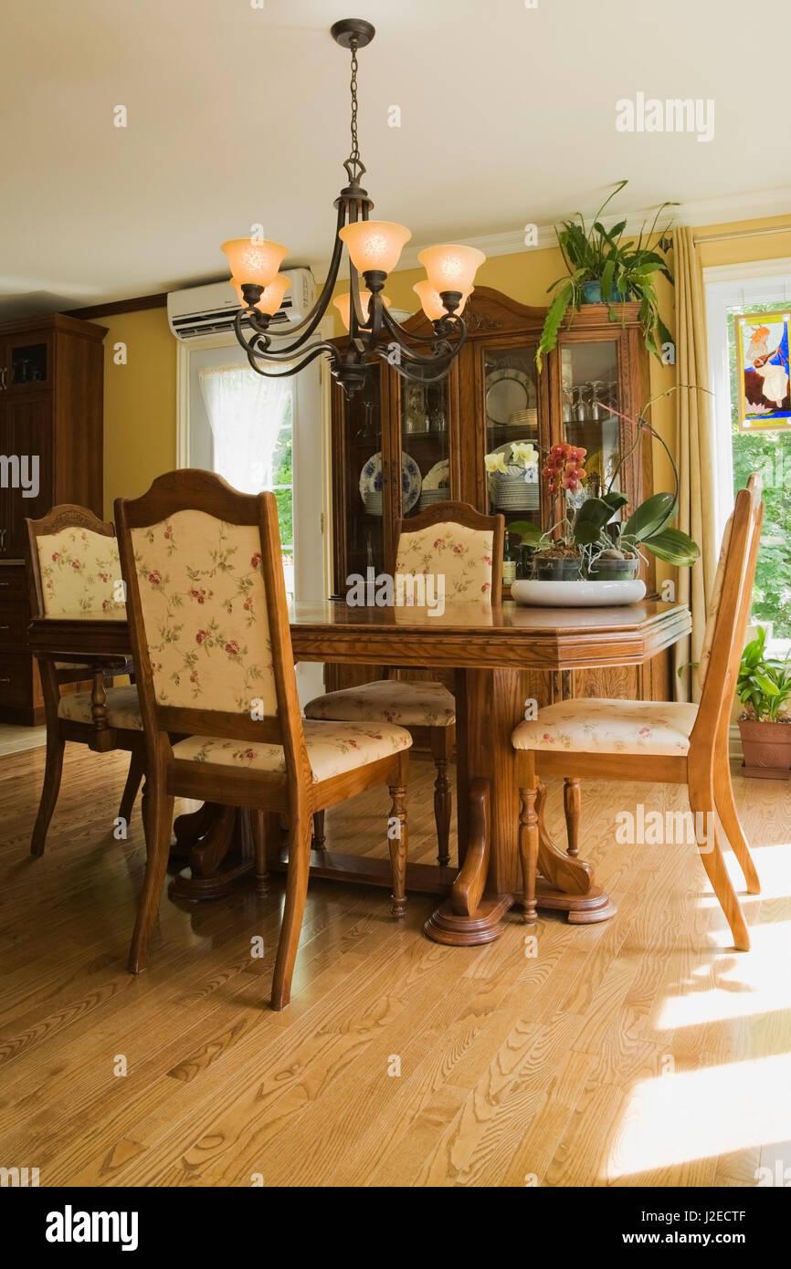 Mesa de comedor de madera antigua con sillas tapizadas en el comedor ...