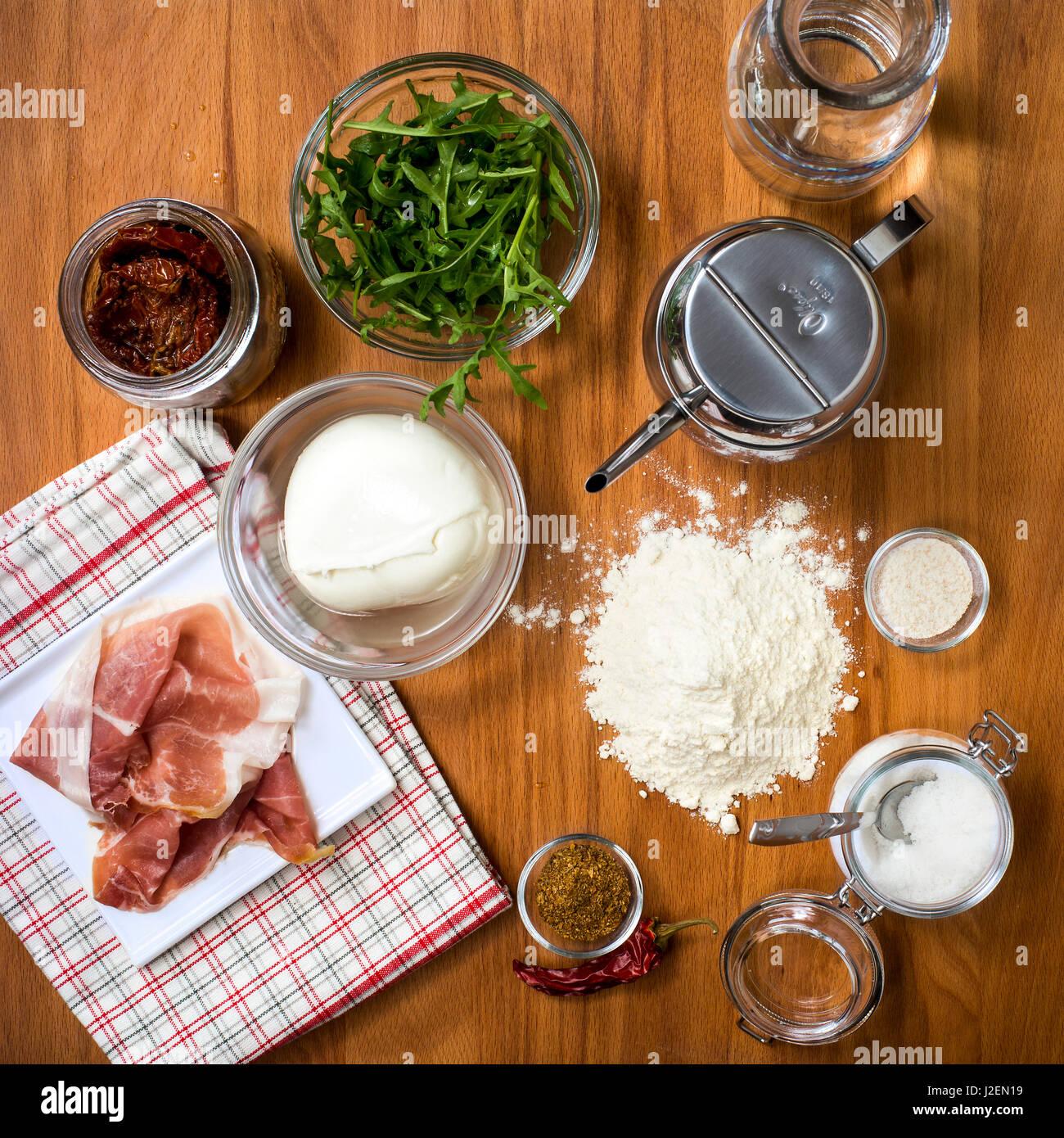 Los ingredientes a la mesa de madera en la cocina, un alto ángulo de visualización Foto de stock