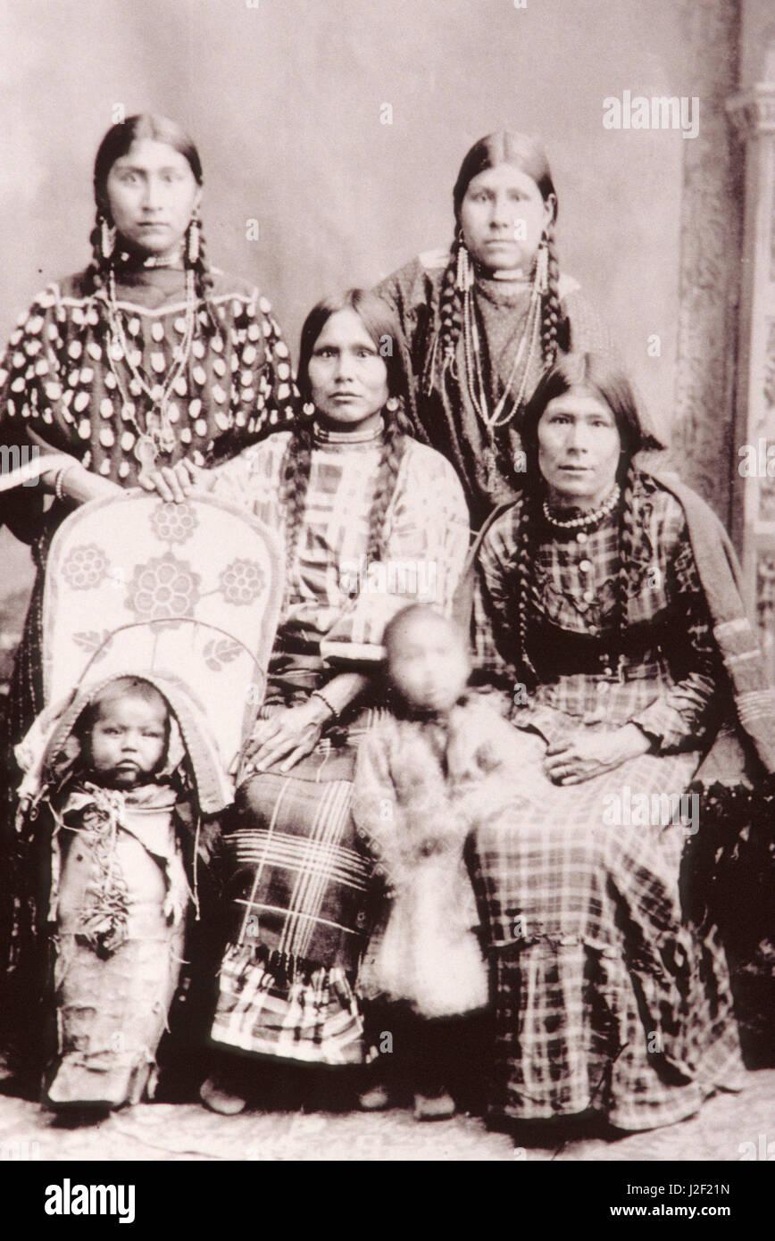 Histórico de tonos sepia en blanco y negro de la familia americana nativa  de mujeres vestidas 2e6c39cdf647