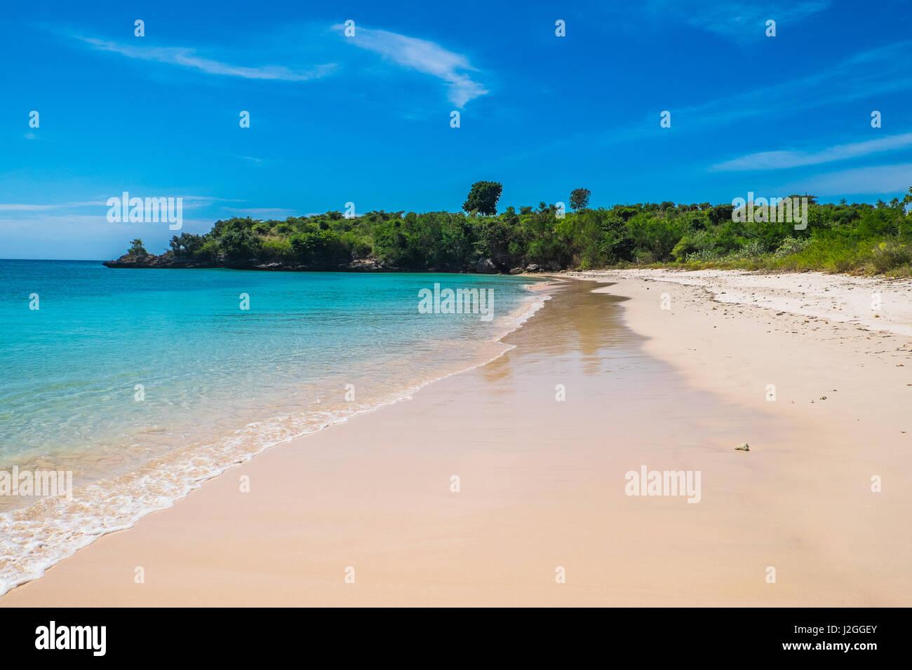 Playa exótica en algunas islas remotas fuera de Lombok, Indonesia. Foto de stock