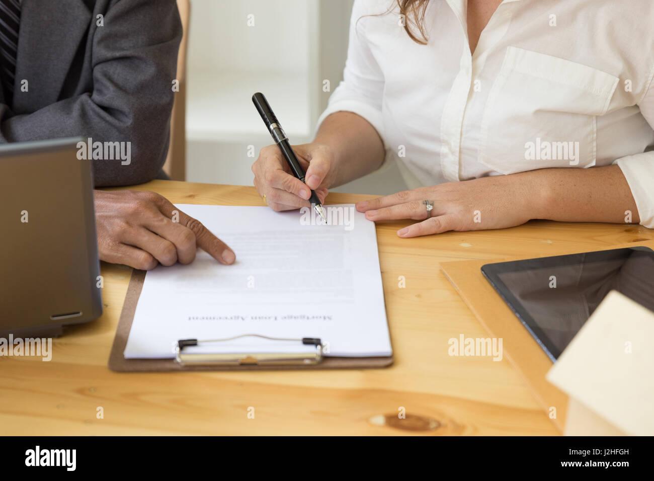 Las manos de mujer bolígrafo escrito el acuerdo, llene la hoja de ...