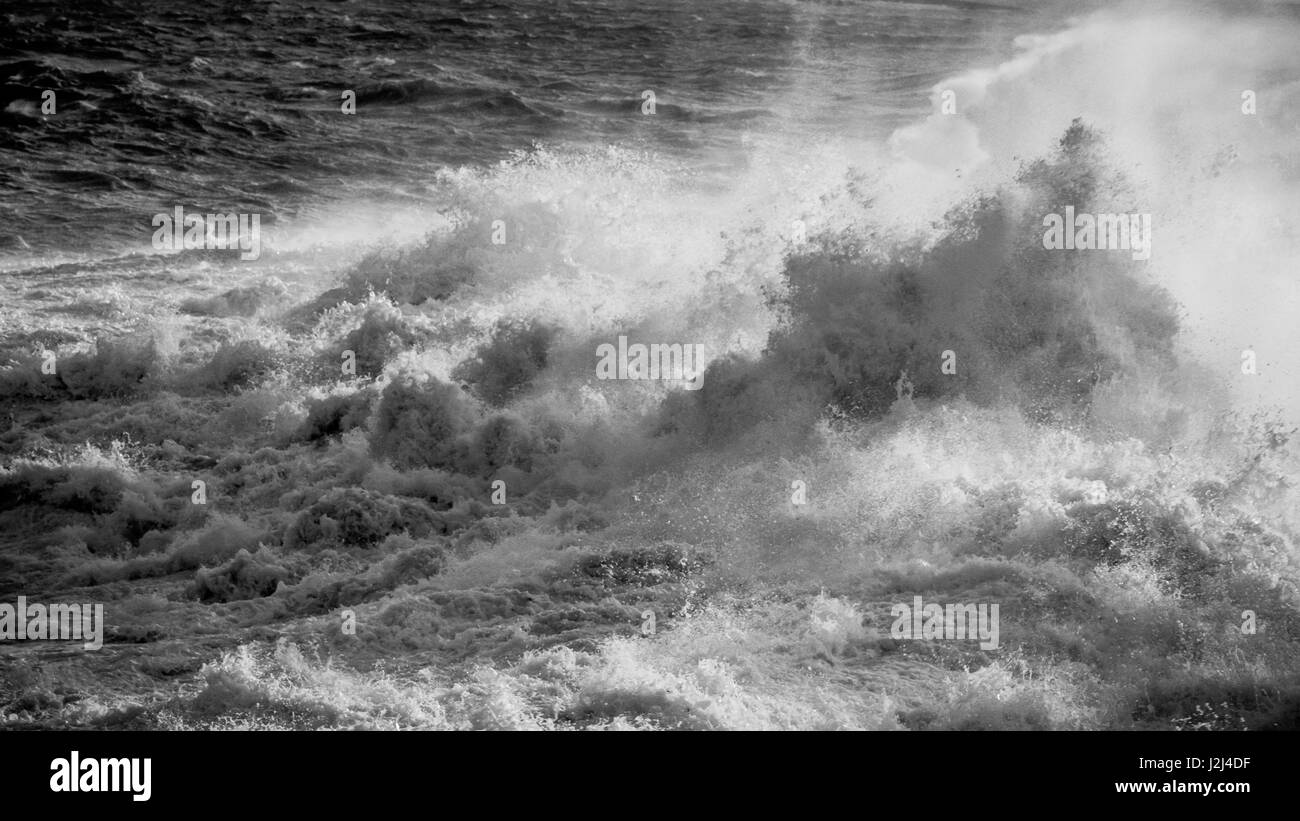 Blanco y Negro: El mar embravecido capturados en Hondoq ir Rummien, Gozo durante el tormentoso fin de semana del 18 de diciembre, 2016. Foto de stock