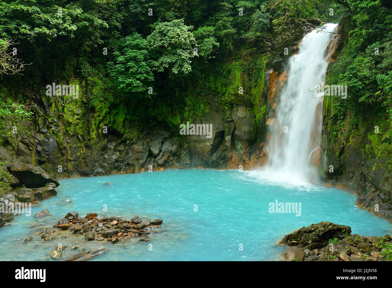 Cascada con las azules aguas del Río Celeste en el Parque Nacional Volcán Tenorio, Costa Rica, Centroamérica Imagen De Stock