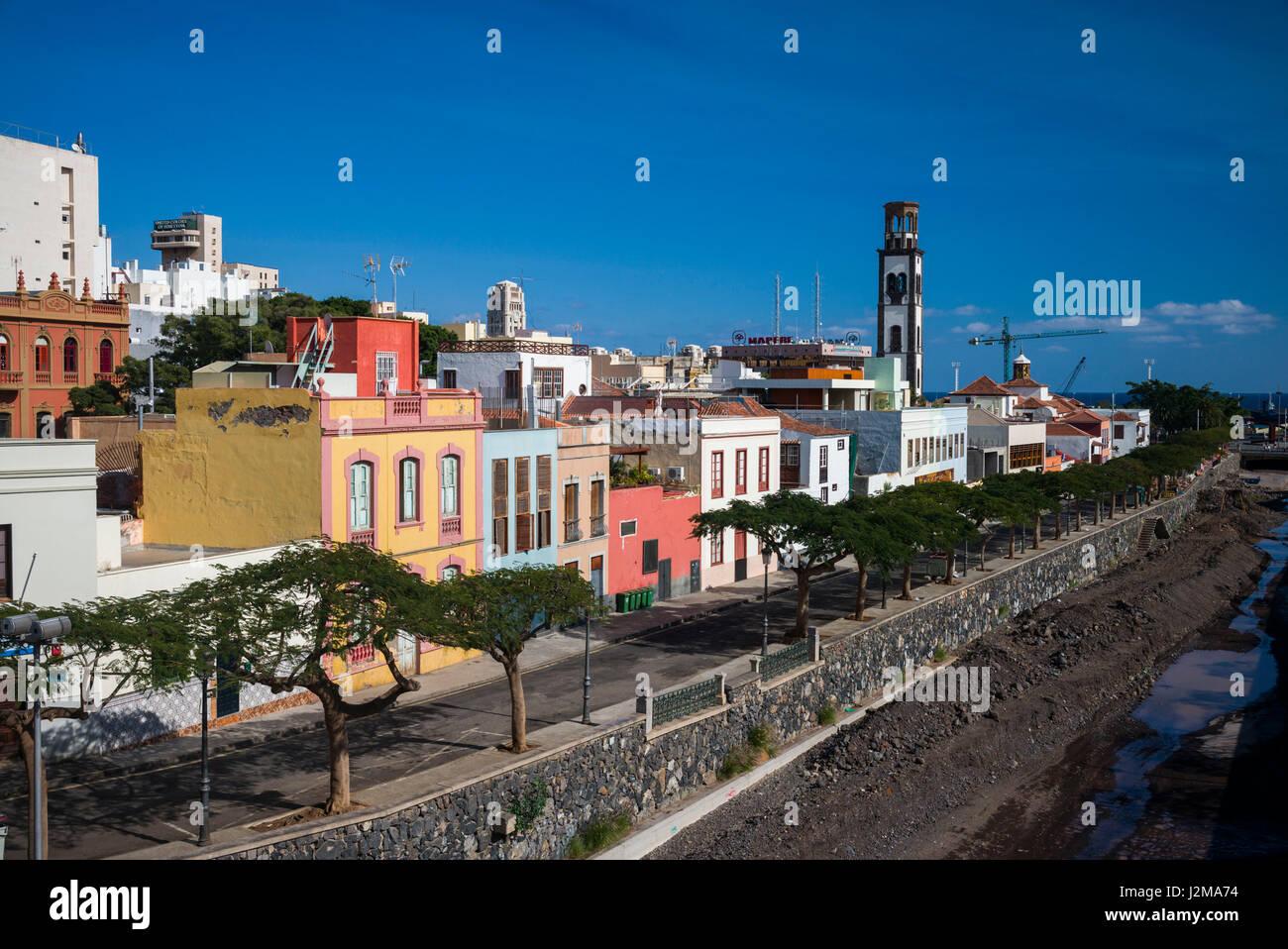 España, Islas Canarias, Tenerife, Santa Cruz de Tenerife, edificios junto al barranco de los Santos río Foto de stock