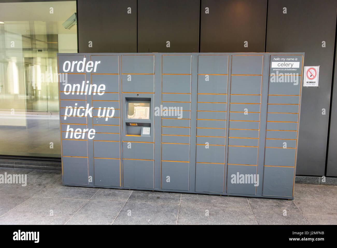 Casillero en el amazonas fuera cerca de edificios de oficinas en Londres para que la gente haga su pedido en línea Imagen De Stock