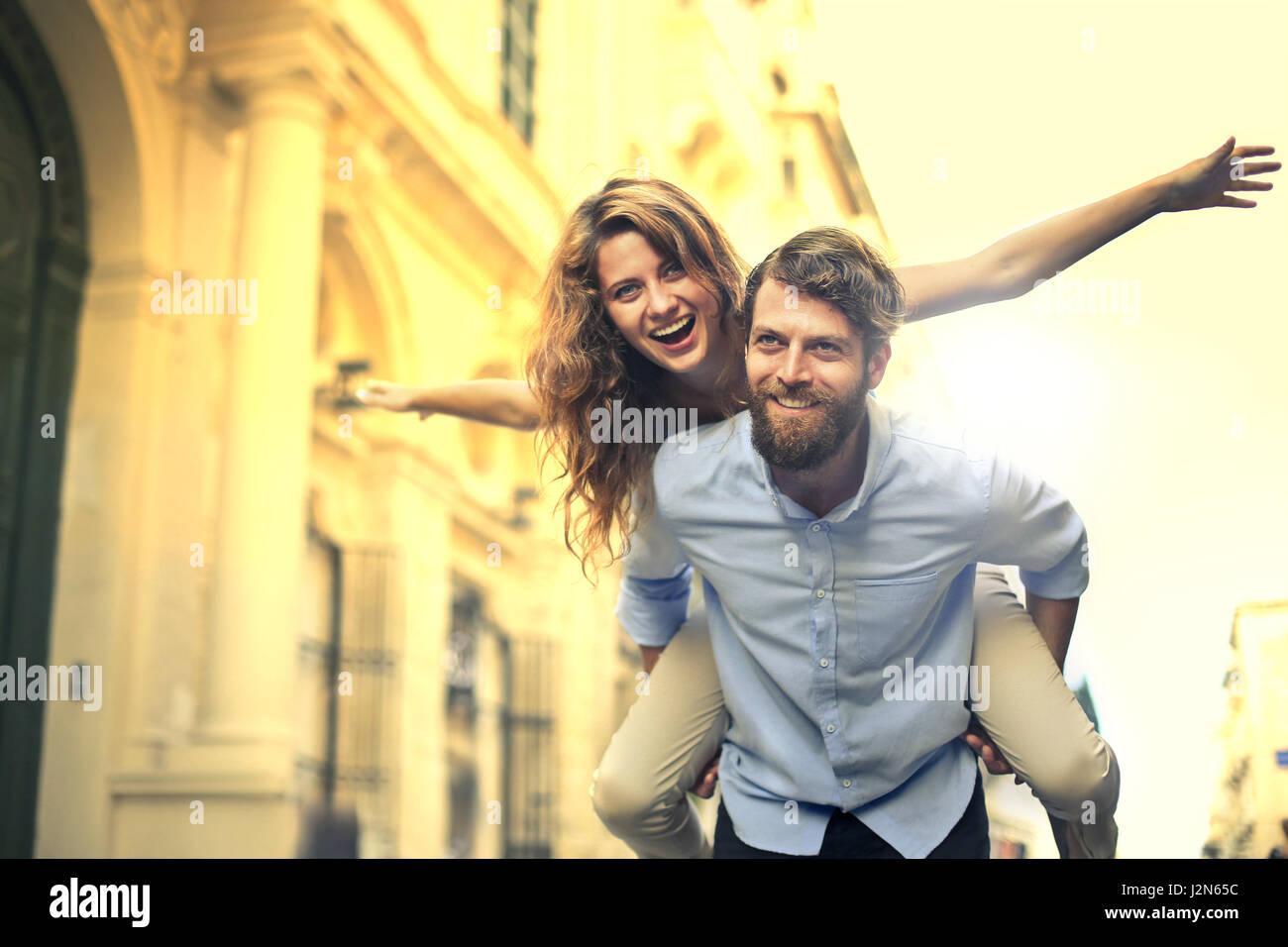 Hombre Mujer dando a cuestas Foto de stock