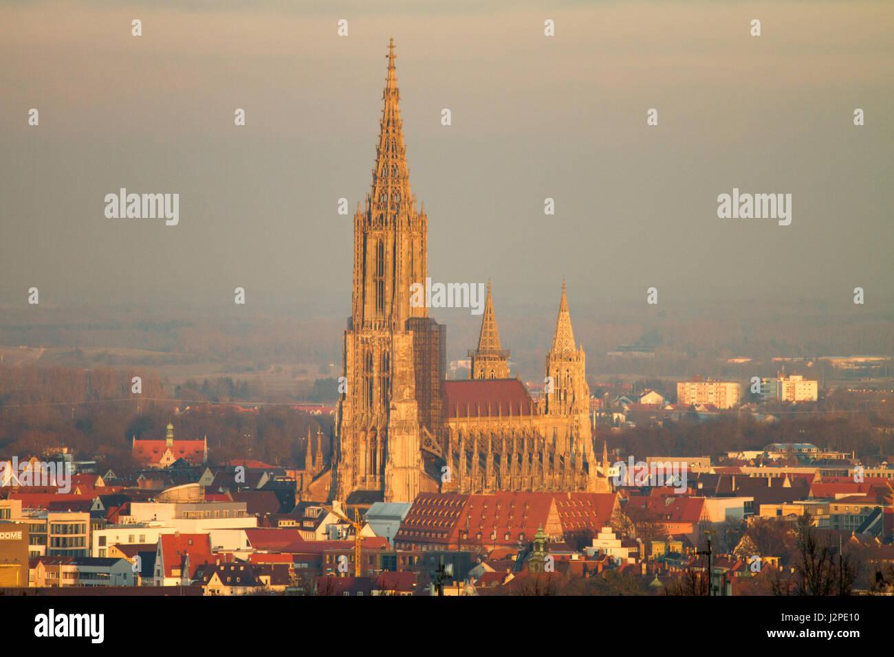 Ulm en el río Danubio, Baden-Württemberg, Alemania Foto de stock