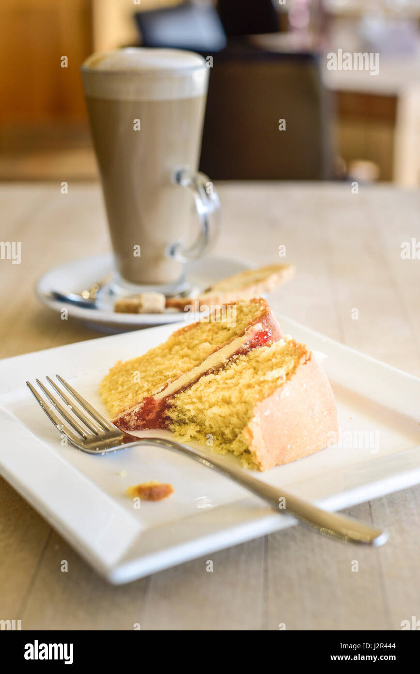 Alimentos Victoria Bizcocho parcialmente comido postre Flan delicia dulce horneado hornear la placa de horquilla Imagen De Stock