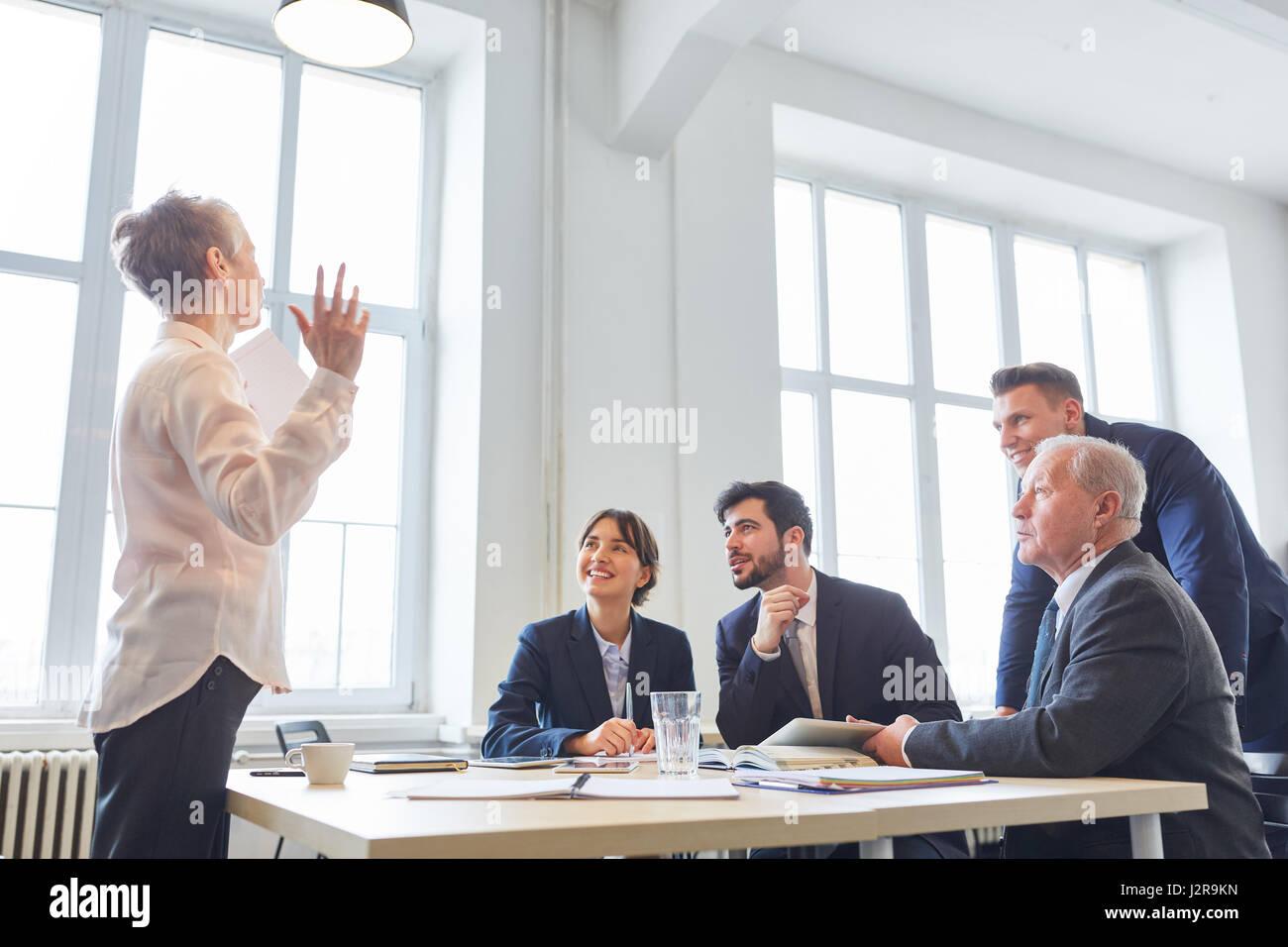 Consultoría seminario Mujer como orador en la presentación del negocio Imagen De Stock