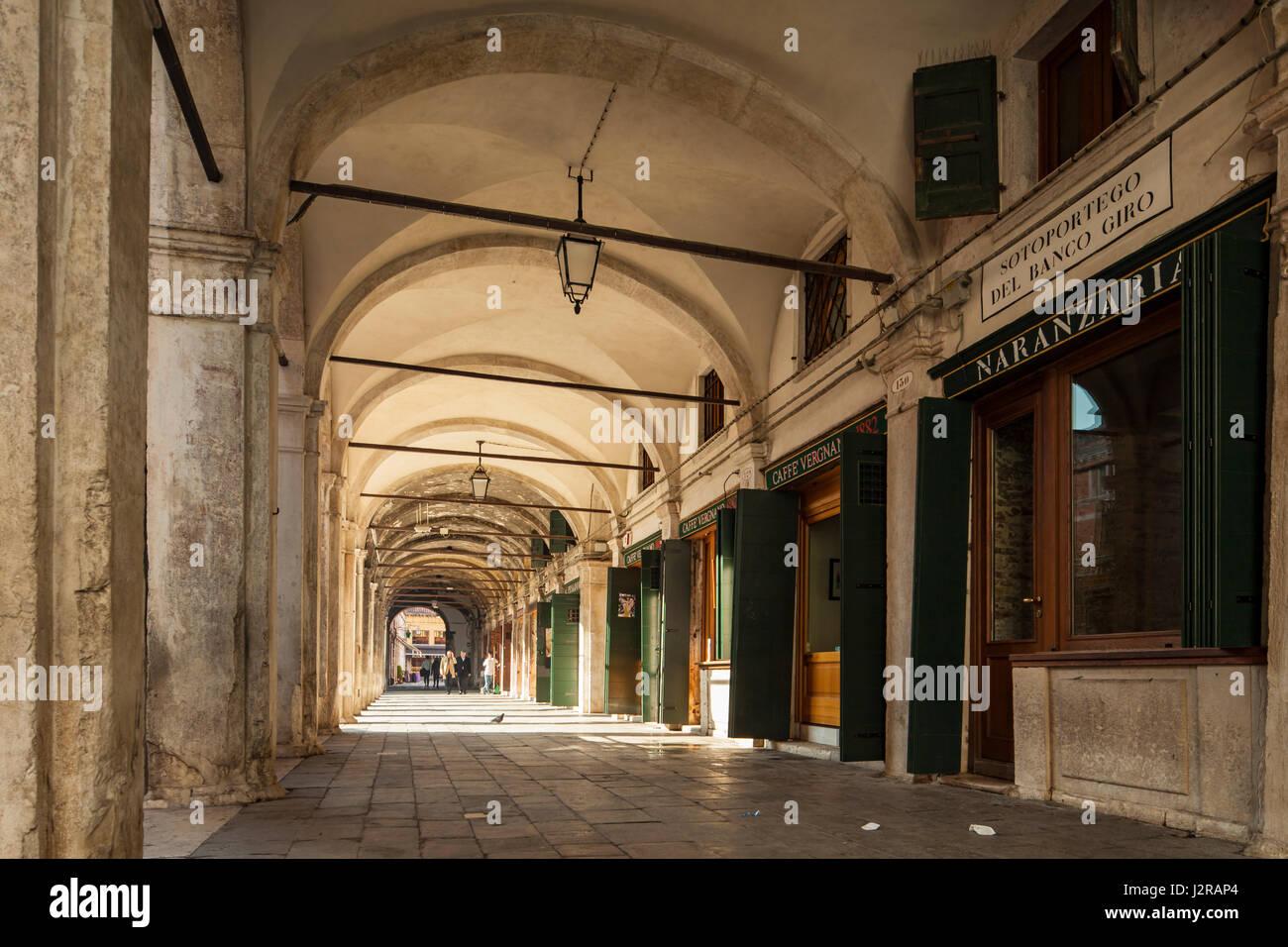 Sotoportego del Banco del giro en el distrito San Polo de Venecia. Imagen De Stock