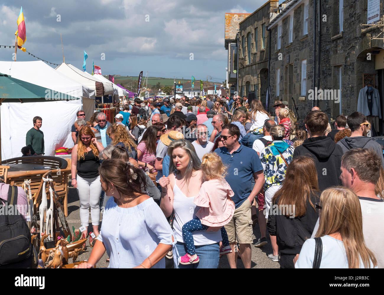 Multitudes de personas que visitan el festival de comida y música Porthleven, Cornualles, en el Reino Unido. Imagen De Stock