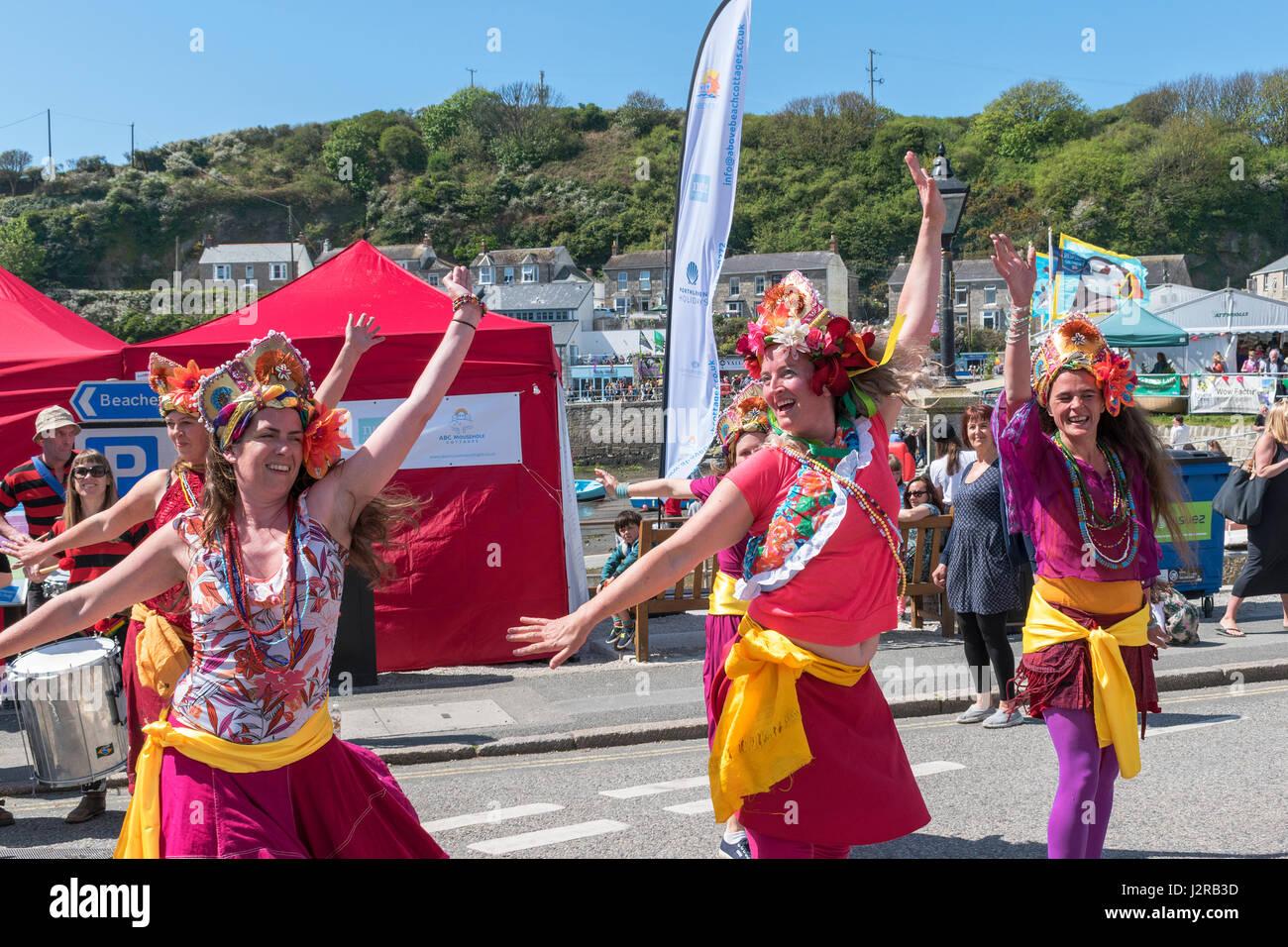 Grupo de danza de mujeres jóvenes en la comida y el festival de música en Porthleven, Cornwall, Inglaterra, Imagen De Stock
