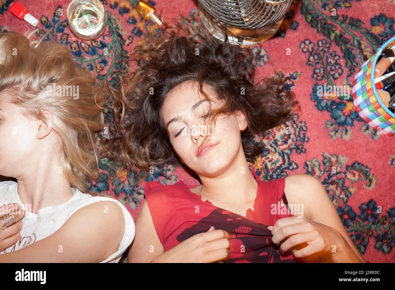Retrato de dos mujeres jóvenes juguetones Imagen De Stock