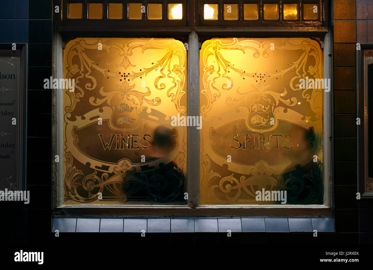 El cálido y acogedor ambiente de un pub Inglés - como se ve desde la calle. Imagen De Stock