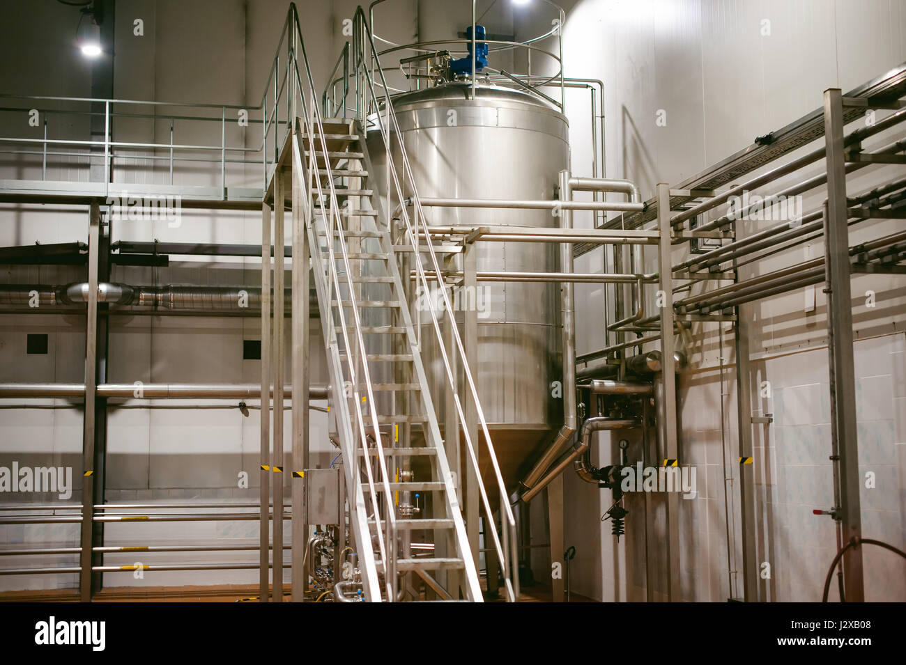 Línea de fabricación de la cerveza. El equipo de producción organizaron el embotellado de productos Imagen De Stock