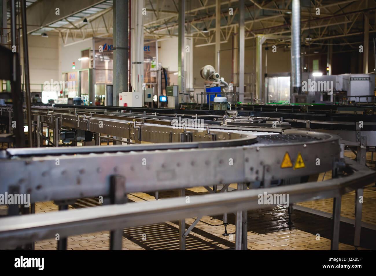 Línea de producción de la cerveza. Equipos para la protagonizaron la producción y envasado de productos terminados. Especial dispositivo tecnológico industrial en la fábrica Foto de stock