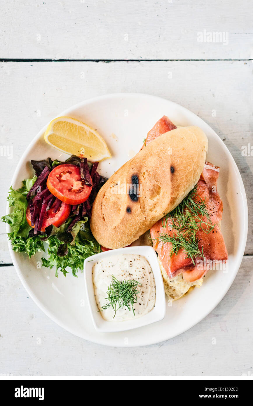 Scandinavian sanos y frescos sandwich de salmón ahumado con huevo y crema agria comidas Imagen De Stock