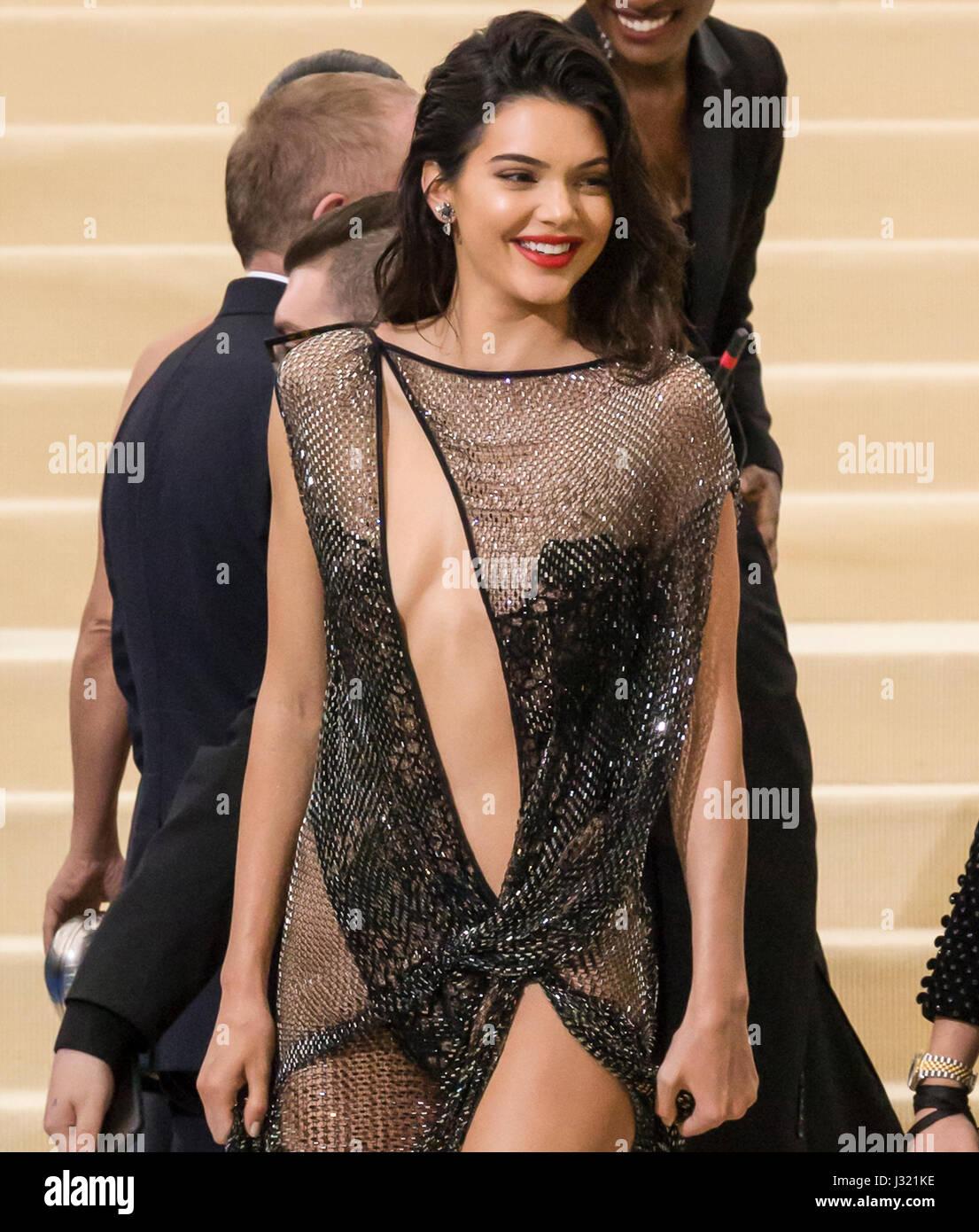 """Nueva York, Estados Unidos. El 1 de mayo de 2017. Kendall Jenner atiende el """"Rei Kawakubo/Comme des Garcons: Imagen De Stock"""