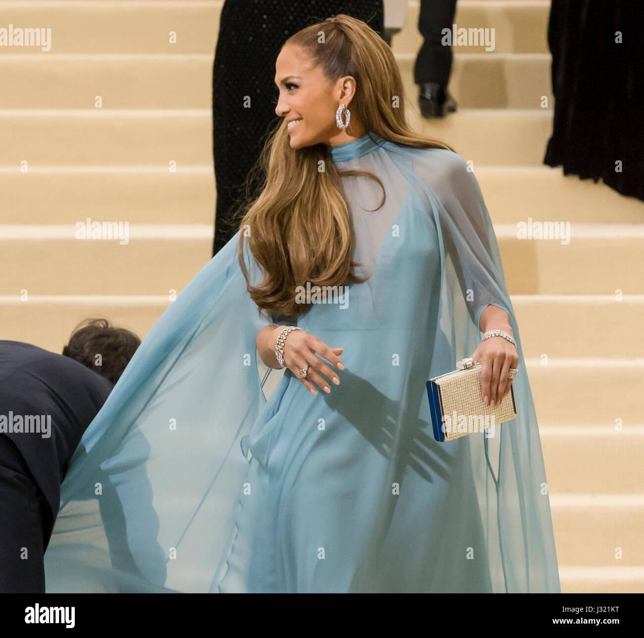 """Nueva York, Estados Unidos. El 1 de mayo de 2017. Jennifer Lopez asiste al """"Rei Kawakubo/Comme des Garcons: Imagen De Stock"""
